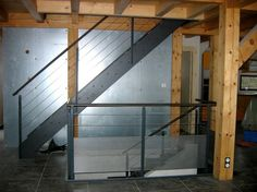 Escalier métal Loft avec garde-corps horizontal mixte partie basse en métal perforé.