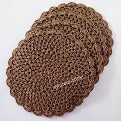 Sousplat de croche R$15,00 cada 36cm de diâmetro Co Free Crochet Doily Patterns, Crochet Placemats, Crochet Squares, Crochet Doilies, Crochet Flowers, Hand Embroidery Patterns, Crochet Pincushion, Crochet Mat, Love Crochet