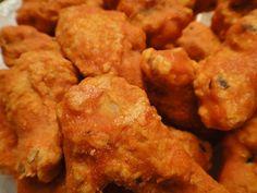 Todos hemos escuchado alguna vez hablar de las famosas Buffalo Wings, ¿no? Se trata de unas alitas de pollo cubiertas con salsa picante, realmente exquisitas y fáciles de preparar. ¡Tienen una pinta como para chuparse los dedos! Hoy te traemos la receta de alitas de pollo con salsa búfalo