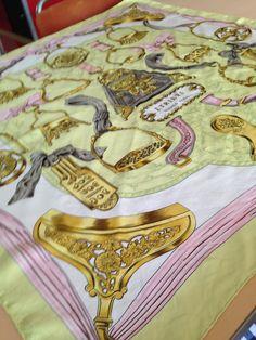 Een Hermes sjaal 100% zijde die ik verkoop via Marktplaats:  http://link.marktplaats.nl/712794621