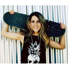 leticia bufoni Surf, Nike Motivation, Skateboard Fashion, California Outfits, Skate Girl, T Shirts For Women, Clothes For Women, Girl Crushes, Skateboarding