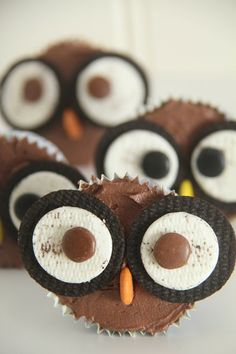 Chocolate Owl cupcakes - super easy with Oreos and m&m's Owl Cupcakes, Cupcake Cakes, Just Desserts, Dessert Recipes, Creative Snacks, Love Cake, Bake Sale, Chocolate Cupcakes, Holiday Treats