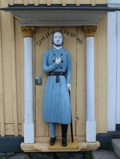 Ukko nro 62, Kruunupyyn kirkko 10.8.2014.  Vuonna 2004 käyttöön siunattu ukko on kopio ilmeisesti vuonna 1850-luvulla puuseppä Johan Mattsson Lybäckin veistämästä vaivaisukosta. Alkuperäinen on tapulin sisällä.