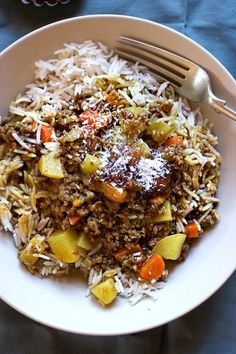 South African Curry and Rice Easy South African Dinner recipes that make the perfect comfort foods. These traditional South African food dishes and side dishes are simply too delicious to miss. Try the recipe for the best South African chicken curry a South African Dishes, South African Recipes, Mexican Food Recipes, Dinner Recipes, Ethnic Recipes, South African Desserts, Kos, Easy Cooking, Cooking Recipes