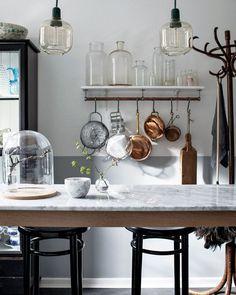 Sugen på att förnya köket? Vi listar 7 enkla och snygga knep på 👉🏻 elledecoration.se – se hela listan via länken i profilen! ☝🏻️😍 På bilden: @fridaschuler s superfina kök, stylat av Frida själv och fotat av Alice Johnsson! 👌🏻 #elledecorationse #interior #kitchen #kitcheninspo #inredningsinspiration #inredningstips