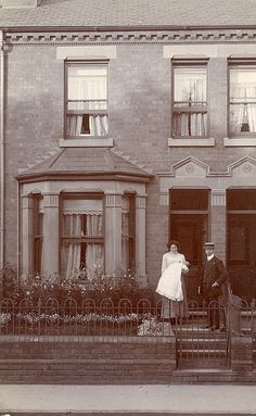 An Edwardian couple with their baby outside the house. - (vintage lady, family, old photo) Victorian Life, Edwardian House, Victorian London, Edwardian Era, Victorian Homes, Victorian Ladies, Victorian Gardens, Antique Photos, Vintage Pictures