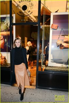 Olivia Palermo & Husband Johannes Huebl Are One Hot Couple for Ghurka: Photo Olivia Palermo and her husband Johannes Huebl dress super chic while attending the launch of the Ghurka Woman handbag collection on Tuesday (October at the brand's… Olivia Palermo Outfit, Estilo Olivia Palermo, Olivia Palermo Lookbook, Olivia Palermo Style, Hollywood Street, Street Chic, Street Style, Urban Chic Fashion, French Girl Style