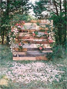 wedding backdrop ideas with flowers and wood pallets