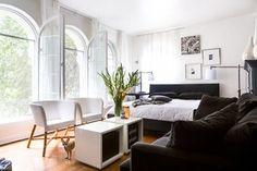 6 Secrets of Small, Perfectly Organized Apartments   Apartment Therapy Me encantan las mesas centrales, pero en un color oscuro