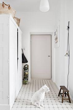 Eteisen lattiaan valittiin vanhaa tunnelmaa huokuvat Pukkilan laatat. Olli-koiralla on tilaa vipeltää tässä kodissa.