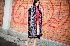 Bongiorno Milano! Leigh Lezark dirige su mirada a la cámara y, de repente, hasta el abrigo más insólito parece posible.