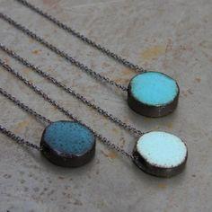 Collier céramique Eric Bonnin, vert, bleu, turquoise... http://www.atelier-bijoux-createurs.com/abc/achat/mini-pendentifs--138.html