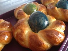 """Als kleine """"Mitbringsel"""" zu Ostern für Familie und Freunde habe ich diese Osternester aus Hefeteig gebacken. In Anlehnung an das Rezept """"Griechische Osternester"""" in dem GU-B…"""