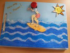 """La Lola ens fa arribar la tapa de P5 i ens diu: El dibuix és pintat amb aquarel•la, després enganxes la fotografia i es plastifica. S'hi enganxa un pal de polo darrera i es forada amb punxó la tapa perquè pugui moure's el surfista. Les onades són amb dos tons de cera blava, envernissar i amb cola blanca i sal fer la part de dalt de les onades. El sol es pinta amb ceres, s'envernissa amb purpurina. I retolador daurat per escriure """"Me'n vaig a Primer"""". Espero que us agradi!! Petons"""