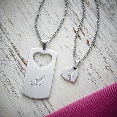 Du gehörst zu mir wie... wie etwas, ohne das man einfach nicht leben kann, eben. Ein schönes Symbol dafür: Partner Halskette mit Gravur - Herz - Initialen - Personalisiert, bei dem er eine Anhänger aus dem anderen ausgestanzt ist. So dass sie nur zusammen komplett sind.