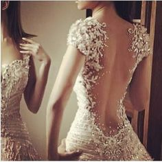 holy wow. if i have a Christmas wedding whenever i get married, the back of this dress would be so perfect. :D
