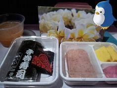 無料wifiさまさま!のんびり~~~\(^o^)/やっとこさ寝転んでいられるうううほほーいッこちらは行きのハワイアン航空の機内食!スパムのために手巻き寿司じゃあああ