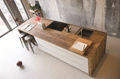 Deze RestyleXL-keuken wordt gemaakt van sloophout en oud hout. Wat ooit plafondbalken en vloerplanken waren, is nu een prachtige nieuwe keuken.