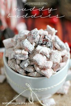 Peppermint Oreo Chex Mix- this looks easy Puppy Chow Recipes, Chex Mix Recipes, Snack Recipes, Cookie Recipes, Just Desserts, Delicious Desserts, Yummy Food, Holiday Baking, Christmas Baking