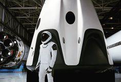 Elon Musk revela o traje espacial completo da SpaceX - EExpoNews Elon Musk Spacex, Spacex News, Planetary Science, International Space Station, Honda Logo, Space Exploration, Spacecraft, Nasa, Science Fiction