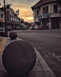 Bandung got balls! #bandung #braga #balls #oldtown #downtown #senja #street #afternoon #jawabarat #westjava #indonesia