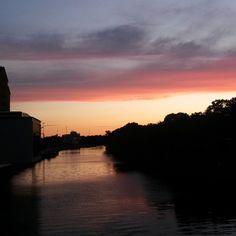 Auch #berlin hat einen #hafen. Über dem geht immer die Sonne unter und auf der Brücke (noch mehr auf der Westhafenbrücke) sammeln sich im Sommer die Menschen um mit ihren Handys den Abendhimmel zu fotografieren. So auch eben auf dem Heimweg vom Sport.  #meinglücksrausch Jeden Tag ein Foto fotografieren von etwas, das mich glücklich macht