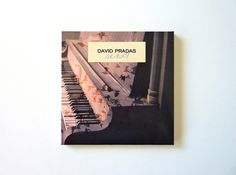 Packaging per al nou disc de David Pradas. Nou temes electroacústics, amb el piano com a fil condutor, composats durant els últims anys. Disseny del packaging: Júlia López (www.domestika.org/portfolios/julia_lopez).