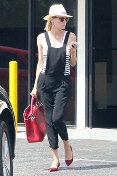 Diane Kruger. Con sombrero, peto, camiseta navy y complementos en rojo.