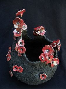 Here is this cooked part, with therefore, red flowers … I am fully in this style of parts at the moment and obviously it pleases …. Raku Pottery, Pottery Sculpture, Clay Art Projects, Clay Crafts, Ceramic Bowls, Ceramic Art, Flower Power, Sculptures Céramiques, Hand Built Pottery