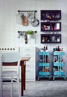 Börjar lådor och skåp i köket bli överfulla? Ta en titt på våra tre favorittips för att lösa förvaringen, med skenor, skåp och rullvagnar.