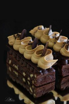 Brownie con crema de café y ganache de chocolate Gourmet Desserts, Fancy Desserts, Delicious Desserts, Dessert Recipes, Cookie Dough Cake, Chocolate Chip Cookie Dough, Homemade Chocolate, Chocolate Desserts, Chocolate Ganache