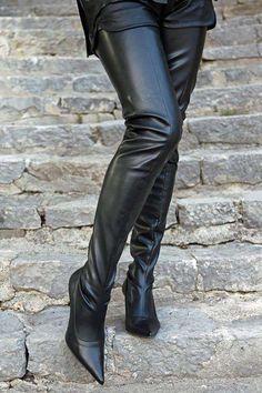 Schrittlanger schwarzer Overknee Stiefel mit kleinem Stiletto Absatz