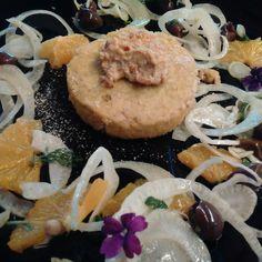 Tortino di tofu e quinoa con salsa di mandorle all'arancia e insalata Siciliana