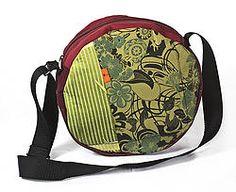 SAC TAMBOUR est un Modèle COLORÉ  à Bandoulière Réglable avec une doublure en tissu . Ses deux faces sont différentes et uniques . La fermeture à glissière se trouve  sur le prolongement du sac pour faire qu'un  avec son fond. À l'intérieur , on trouve deux poches plaquées .  PRODUIT UNIQUE ,collection personnalisée,fabriquée entièrement par gina lock