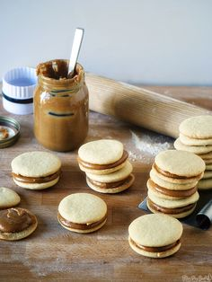 Alfajores with homemade dulce de leche - An easy way to make delicious dulce de leche. Best Dessert Recipes, Köstliche Desserts, Sweet Recipes, Cookie Recipes, Delicious Desserts, Tart Recipes, Peruvian Recipes, Cupcake Cakes, Cupcakes