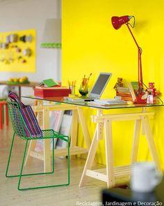 Dois cavaletes e tampo de vidro... um recanto iluminado e colorido!