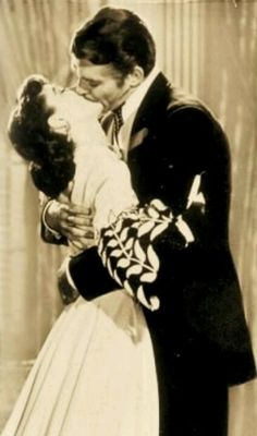 ON-SCREEN: Vivien Leigh and Clark Gable in a Clarence Sinclair Bull publicity still for 'Gone with the Wind' Vivien Leigh, Margaret Mitchell, Go To Movies, Great Movies, Classic Hollywood, Old Hollywood, I Movie, Movie Stars, Movie Kisses