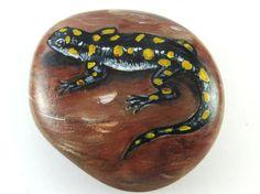 Salamander auf Stein gemalt