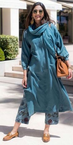 Sonam Kapoor Ahuja traditional kurta designs that are stylish but completely unconventional. She never forgets to pair the right accessories and makeup with kurtas. Kurta Designs, Blouse Designs, Pakistani Dresses, Indian Dresses, Indian Outfits, Indian Clothes, Indian Attire, Indian Ethnic Wear, Ethnic Fashion