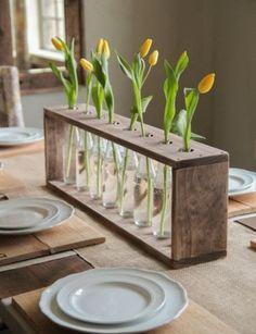 Faça um centro de mesa feito com garrafa de vidro para aproveitar os materiais que você já tem em casa e repaginar o visual nas suas refe...