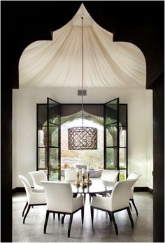 The shape of the entrance together with the draped ceiling gives this dining room a modern moroccan style.