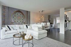 Landelijke meubels vindt u bij de leukste woonwinkel van Europa; ROFRA|Home. Met deze landelijke hoekbank vindt u een heerlijke bank welke u in elke gewenste opstelling zou kunnen krijgen. De hoekbank is verkrijgbaar in verschillende stoffen en kleuren, zo bepaalt u wat voor een sfeer er in uw interieur komt.