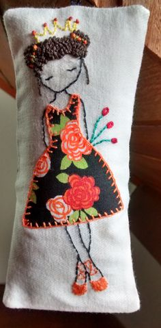 Hand Embroidery Dress, Felt Embroidery, Embroidery Stitches, Embroidery Patterns, Quick Crochet, Free Crochet, Lavender Bags, Fabric Dolls, Hand Stitching