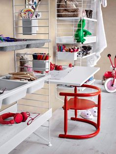 The String work desk is a beautiful and convenient addition to the String System collection – use it together with the 30 cm deep String panels. String System is a flexible shelving system that Swedish architect Nils Strinning designed in Modular Storage, Storage Spaces, Metal Shelves, Shelving, String Regal, Kids Interior, String Shelf, String System, Home Decoracion