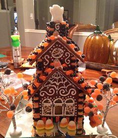 Gingerbread Houses: Tips & Tricks (Remodelaholic) Halloween Gingerbread House, Halloween Cookies, Gingerbread Houses, Halloween House, Halloween Candy, Halloween Decorations, House Decorations, Halloween Halloween, Holiday Cookies