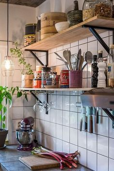 cocinas Kitchen Design Trends - Life ideas How Cellulose Insulation Is Applied Cellulose insula Kitchen Shelves, Kitchen Dining, Kitchen Decor, Open Shelves, Kitchen Tiles Design, Cozy Kitchen, Kitchen Pantry, Küchen Design, House Design