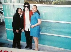 Michael Jackson and two happy fans Photos Of Michael Jackson, Michael Jackson Wallpaper, Michael Jackson Rare, Michael Love, Jackson Family, Janet Jackson, Chris Tucker, Jackson Music, Star Trek Characters