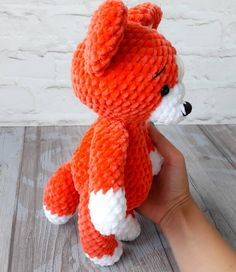 Amiguroom Toys : Crochet fox amigurumi toy This is a free crochet pattern for a cute fox amigurumi. The size of finished fox will depend of wich yarn you decide to use. Crochet Fox, Crochet Motifs, Manta Crochet, Crochet Animals, Crochet Dolls, Free Crochet, Crochet Patterns, Amigurumi Fox, Amigurumi Patterns
