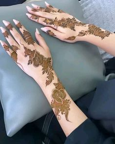 Floral Henna Designs, Arabic Mehndi Designs, Bridal Mehndi Designs, Mehandi Designs, Henna Mehndi, Mehendi, Latest Mahendi Designs, Pakistani Bridal Makeup, Beautiful Mehndi Design