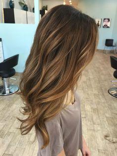 Chica con el cabello pintado en tono ombré